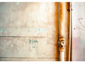 Pęknięta rura w ścianie