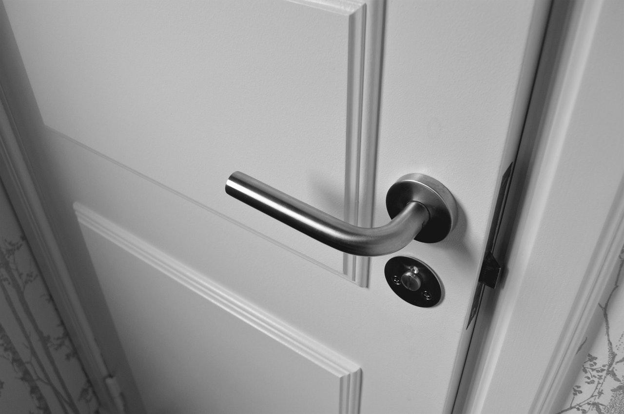 jak naprawić zamek w drzwiach